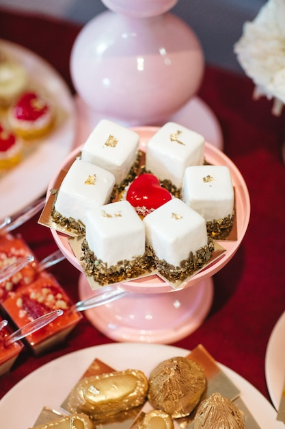 De beaux et délicieux gâteaux sont sur la table de fête Photo gratuit