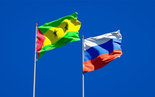 Beaux Drapeaux D'état National De Sao Tomé-et-principe Et De La Russie Ensemble Sur Le Ciel Bleu. Illustration 3d Photo Premium