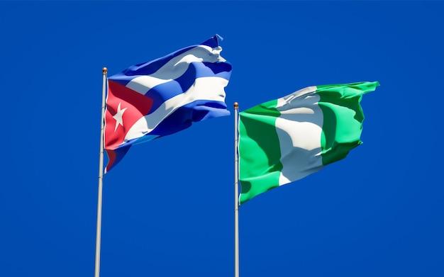Beaux Drapeaux Nationaux Du Nigeria Et De Cuba Ensemble Sur Ciel Bleu Photo Premium