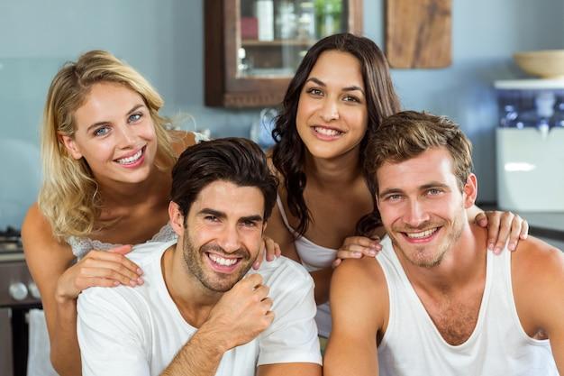 Beaux jeunes couples souriant à la maison Photo Premium