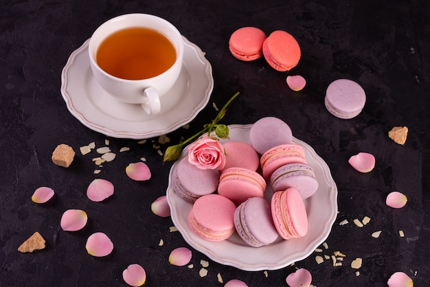 Beaux macarons roses savoureux sur un fond de béton Photo Premium