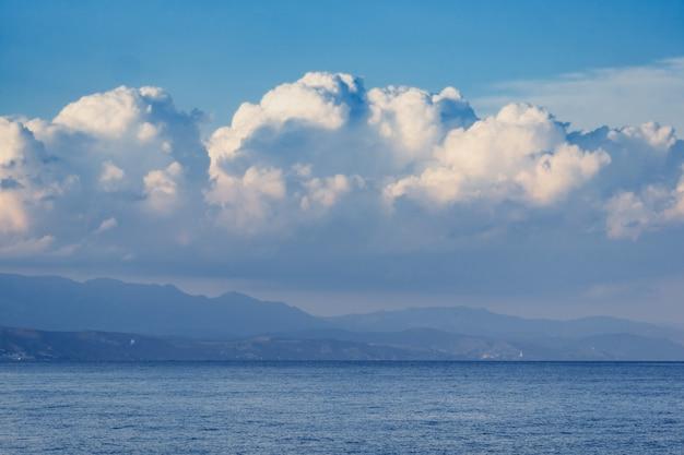Beaux nuages blancs sur le ciel bleu et les montagnes. Photo Premium