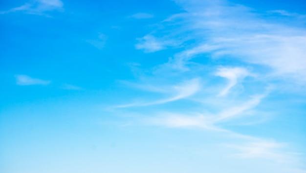 Beaux nuages sur fond de ciel bleu. Photo Premium