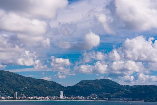 De beaux nuages sur les grandes montagnes et les plages. Photo Premium