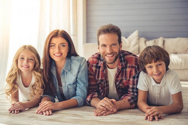 De beaux parents et leurs enfants regardent la caméra Photo Premium