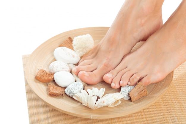 Beaux pieds féminins au salon spa Photo Premium