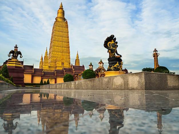 Beaux temples dans la matinée, thaïlande Photo Premium