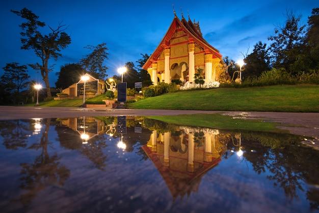 Les Beaux Temples Thaïlandais Reflètent L'eau Photo Premium