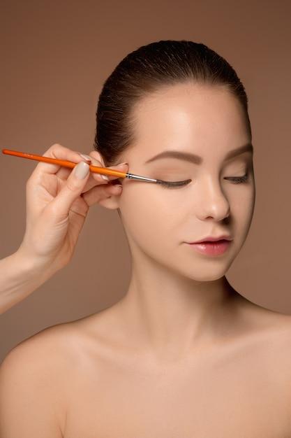 Beaux Yeux Féminins Avec Maquillage Et Pinceau Photo gratuit