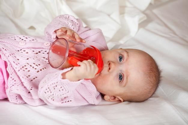 Bébé de 5 mois avec biberon Photo gratuit