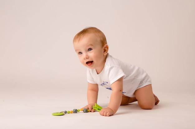 Bébé 8 mois sur fond blanc Photo Premium