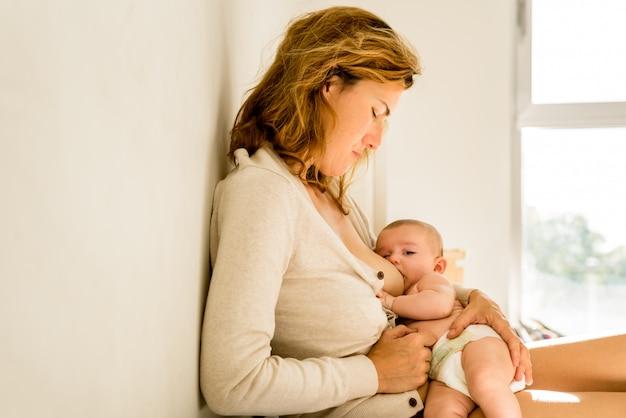 Bébé allaité au lait maternel, concept de maternité alternatif Photo Premium