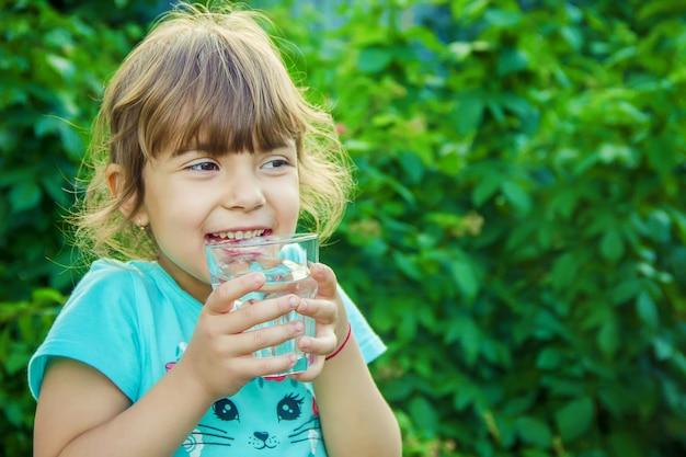 Bébé Boit De L'eau. Mise Au Point Sélective. Photo Premium