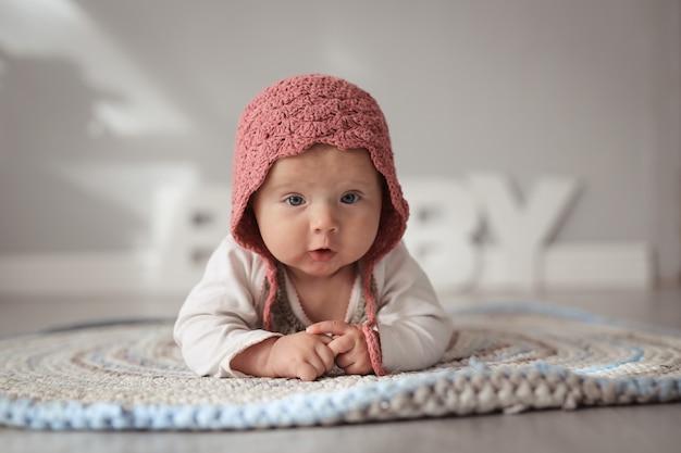 Bébé en bonnet dans une vraie crèche, sécurité et soin Photo Premium