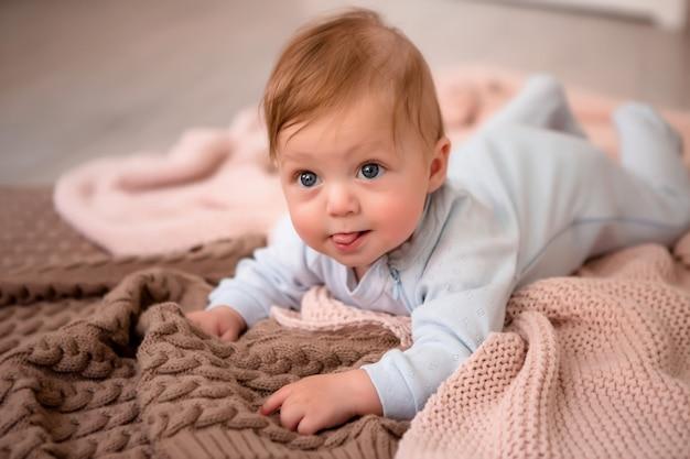 Bébé Sur Une Couverture Tricotée Photo Premium