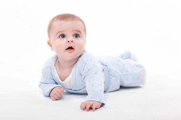 Bébé Dans Le Corps Couché Sur Le Ventre Sur Un Blanc Et Photo Premium