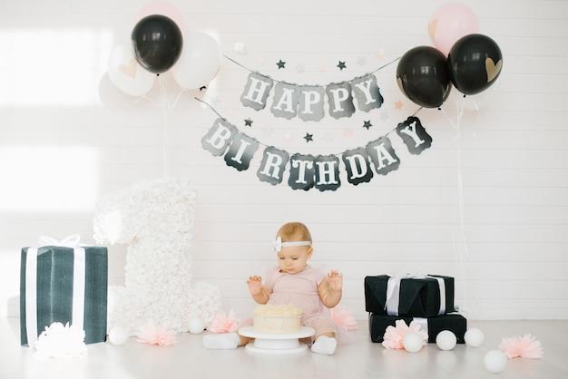 Bébé Dans Une Robe Rose Essaie Le Gâteau Photo Premium