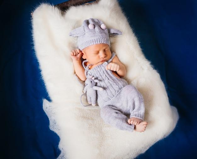 Bébé dort sur un oreiller blanc moelleux Photo gratuit