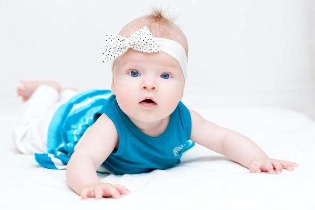 Le bébé est sur le lit dans la chambre Photo Premium