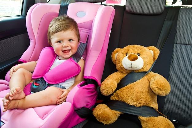 Bébé Fille Sourire En Voiture Photo Premium
