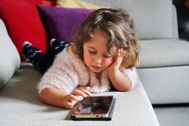 Bébé fille et téléphone portable Photo Premium