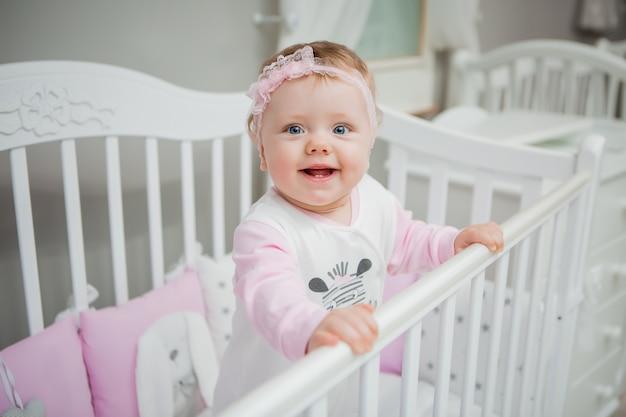Bébé heureux sur un lit à la maison Photo Premium