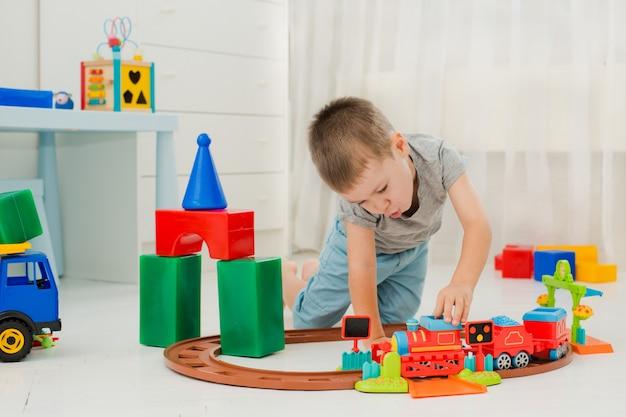 Bébé joue par terre dans une locomotive Photo Premium