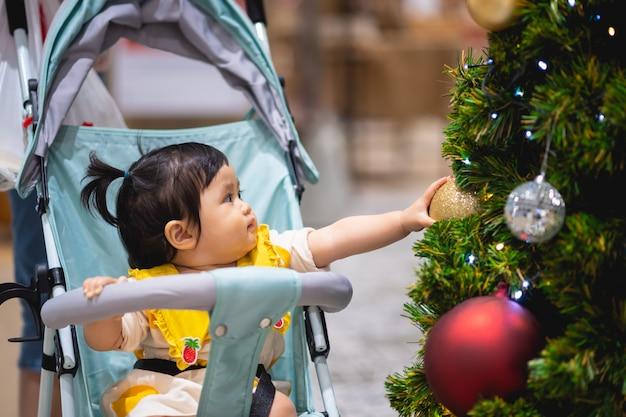 Bébé, Jouer, Noël, Balle, Pin, Arbre Photo Premium