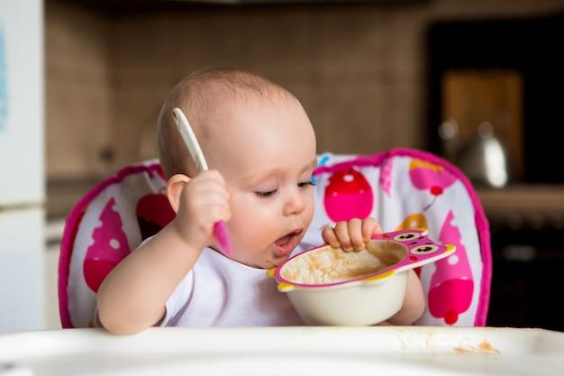 Bébé Et Mange Seul Photo Premium