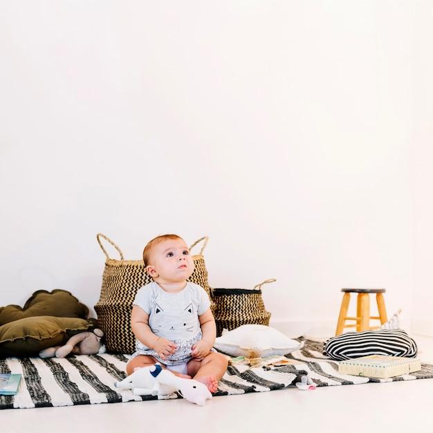 Bébé mignon sur chiffon rayé Photo gratuit