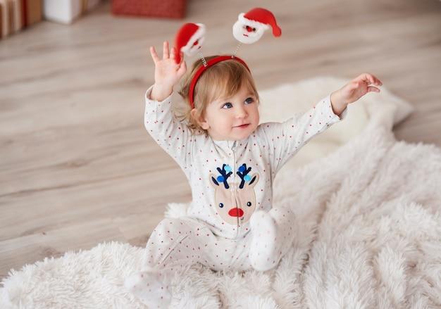 Bébé Mignon Avec Les Mains Levées Photo gratuit
