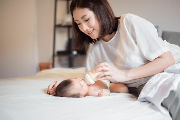 Un bébé nouveau-né boit du lait de sa mère Photo Premium