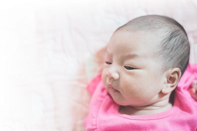 Le Bébé Pleure Et Ment Photo Premium