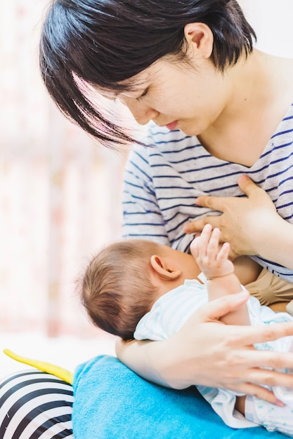 Le bébé se nourrit du lait de la mère Photo Premium