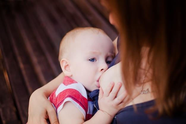 Bébé se nourrit des seins de maman Photo Premium