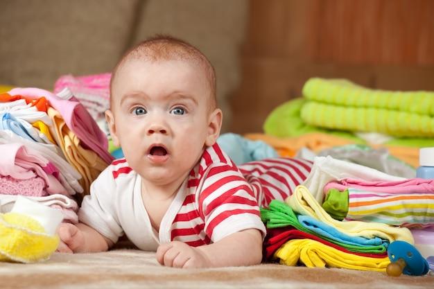 Bébé avec vêtements pour enfants Photo gratuit