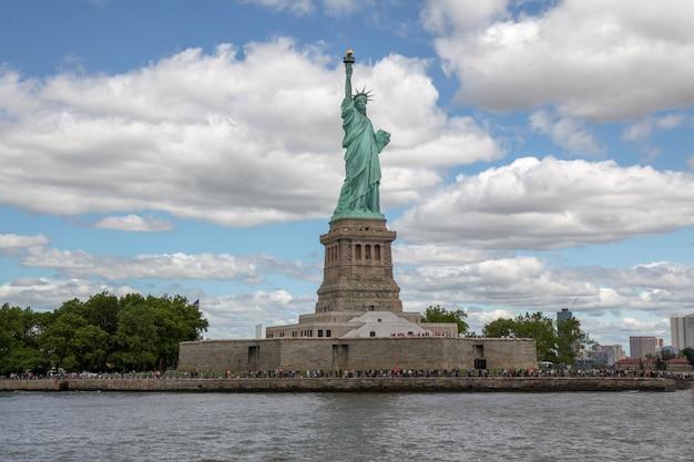 Behide la statue de la liberté est un symbole américain célèbre à new york, états-unis Photo Premium