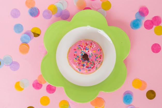 Beignet d'anniversaire vue de dessus avec confettis Photo gratuit