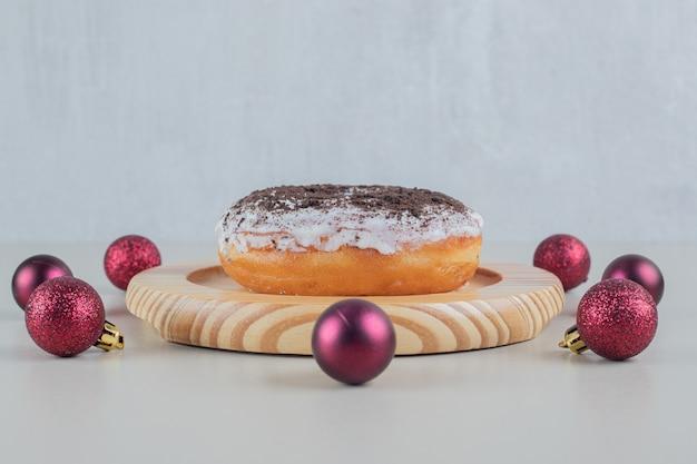 Beignet Au Chocolat Avec Des Boules De Noël. Photo gratuit