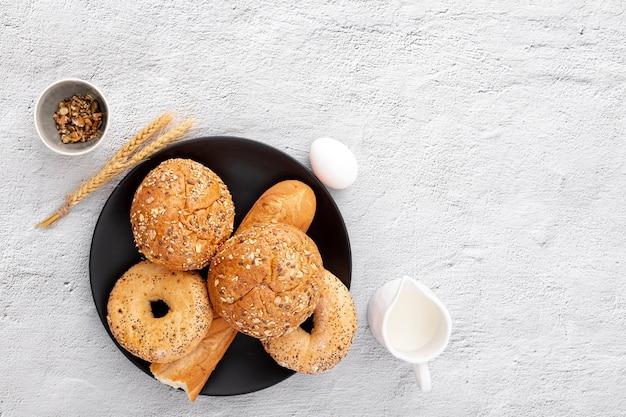 Beignets de boulangerie et baguette sur assiette avec espace de copie Photo gratuit