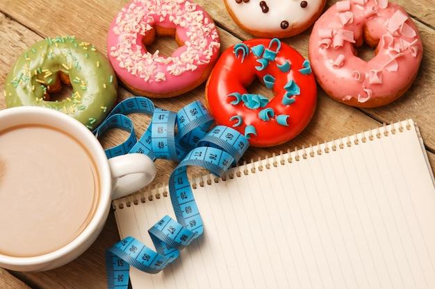 Beignets colorés et bloc-notes Photo Premium