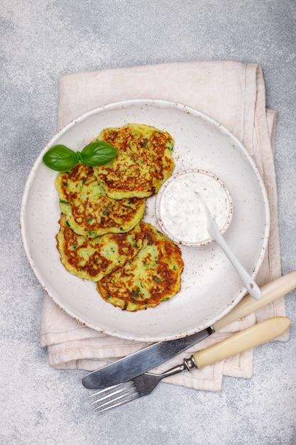 Beignets de courgettes au persil frais et au basilic, galettes de légumes de charcuterie Photo Premium