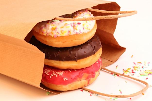 Beignets frits dans des sacs en papier Photo Premium