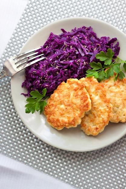 Beignets de poulet et chou rouge cuit avec des graines de cumin Photo Premium