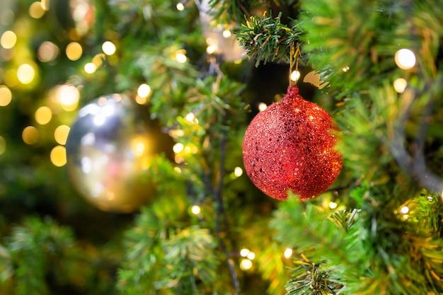 Bel Arbre De Noël Avec Un Décor Contre Les Lumières Floues De Bokeh En Arrière-plan. Photo Premium