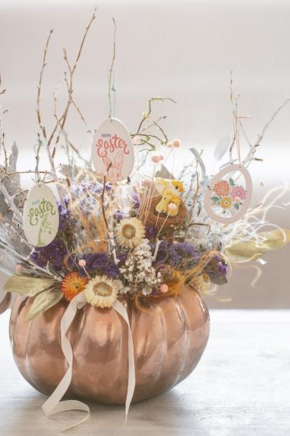 Bel Arrangement Floral De Pâques Avec Des Fleurs De Printemps Et Des œufs. Photo gratuit