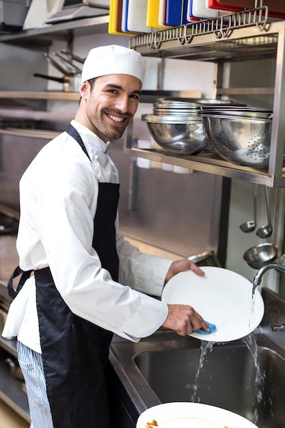 Bel employé faisant la vaisselle Photo Premium