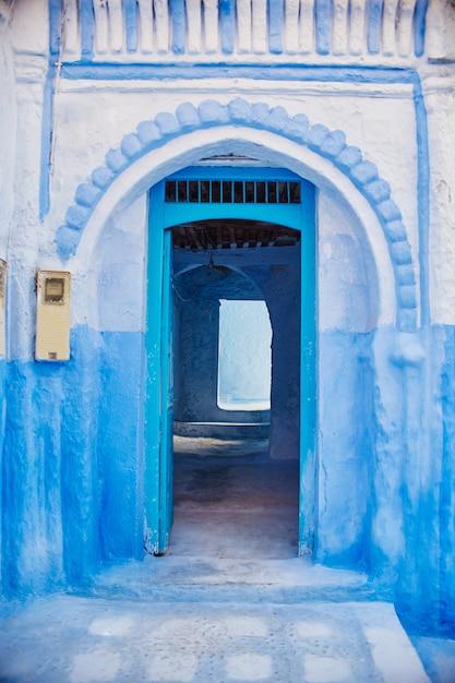 Bel ensemble diversifié de portes bleues de la ville bleue Photo Premium