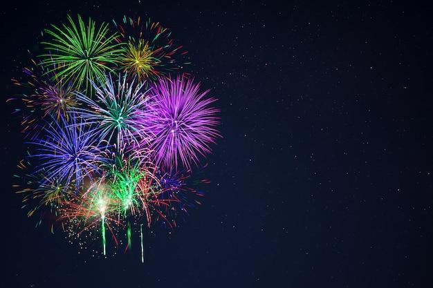 Bel espace de copie de feux d'artifice gree violet bleu rouge Photo Premium