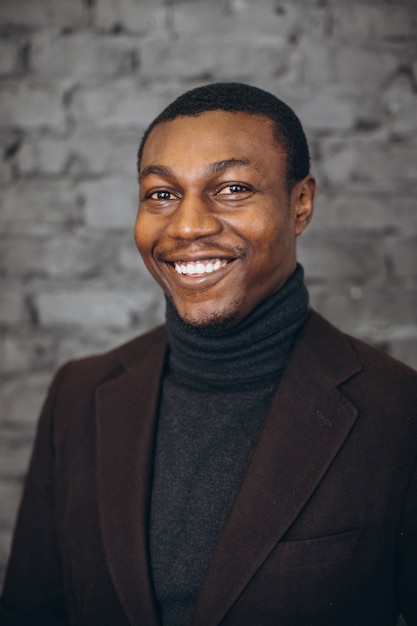 Bel homme d'affaires afro-américain dans un bureau moderne. Photo Premium